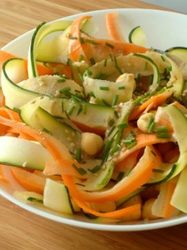 Salada de grão-de-bico, courgette e cenoura com molho de tahini - Receita Vegetariana