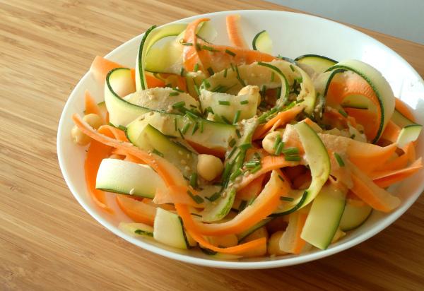 Salada de grão-de-bico, courgette e cenoura com molho de tahini