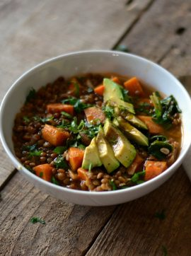 Estufado de lentilhas castanhas, espinafres e batata-doce - Receita Vegetariana