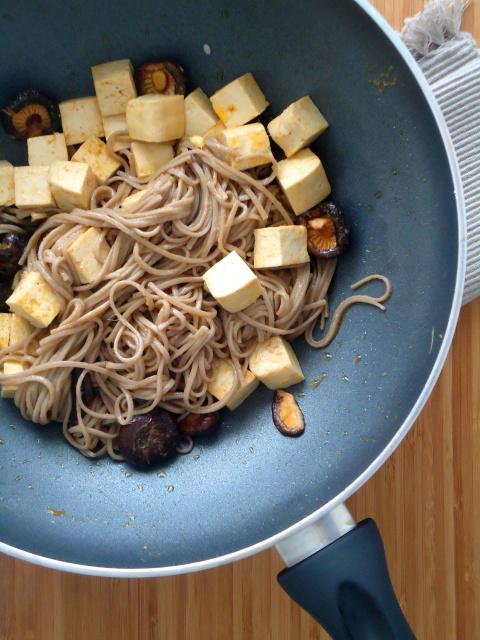 Compassionate Cuisine - Receitas vegetarianas - Tofu, cogumelos Shiitake e soba noodles com molho de gengibre e limão
