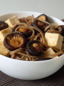 Tofu, cogumelos Shiitake e soba noodles com molho de gengibre e limão - Receita Vegetariana