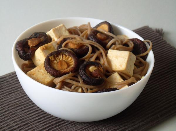 Tofu, cogumelos Shiitake e soba noodles com molho de gengibre e limão