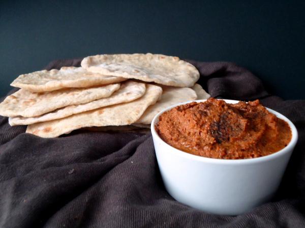 Compassionate Cuisine - Receitas vegetarianas - Muhammara com pão chato