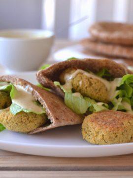 Falafel em pão pita com molho de tahini - Receita Vegetariana