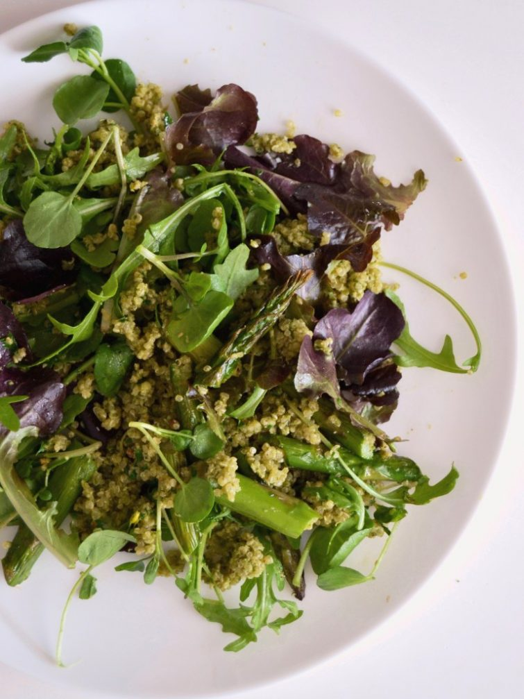 Salada de quinoa com espargos e folhas verdes