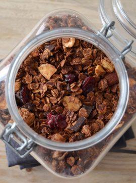 Granola de chocolate com frutos vermelhos - Receita Vegetariana