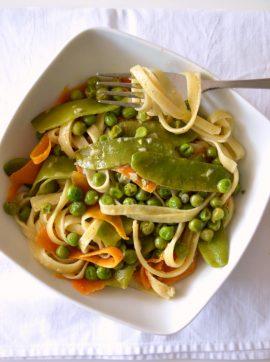 Massa primaveril com molho de alho assado - Receita Vegetariana