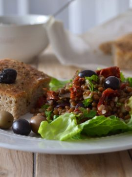 Salada mediterrânica de lentilhas e foccacia - Receita Vegetariana