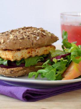 Sandes de tofu, pickle de beterraba e rúcula + Sumo de melancia - Receita Vegetariana