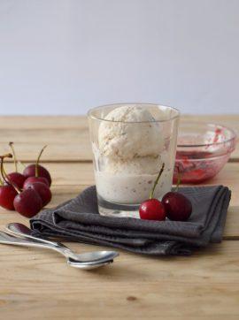 Gelado de baunilha com molho de cerejas - Receita Vegetariana