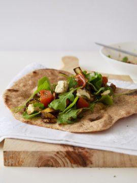 Salada de beringela e tomate cereja assado com queijo de caju em pão chato - Receita Vegetariana