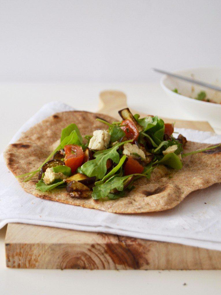 Compassionate Cuisine - Receitas vegetarianas - Salada de beringela e tomate cereja assado com queijo de caju em pão chato