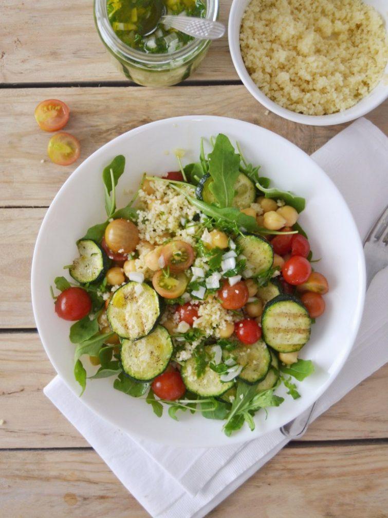 Salada de grão, cuscuz, courgette grelhada e tomate + Como fazer da salada o seu prato principal