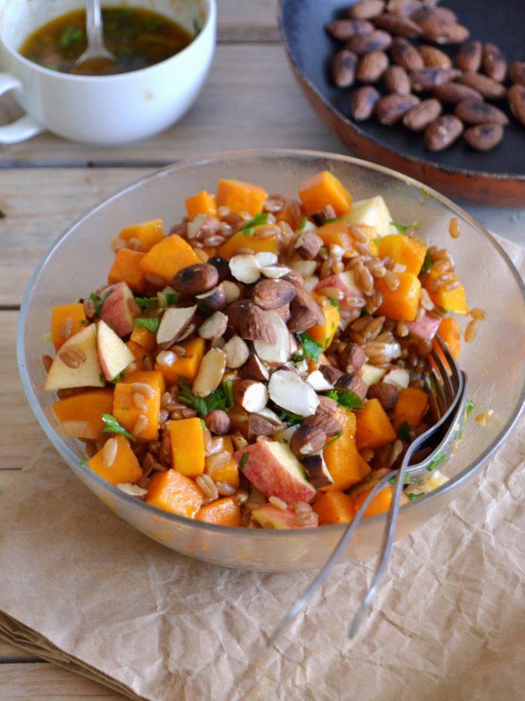 Salada morna de abóbora assada, espelta e maçã com molho picante de paprika e limão
