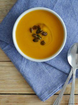 Sopa cremosa de abóbora-menina com sementes de abóbora tostadas - Receita Vegetariana