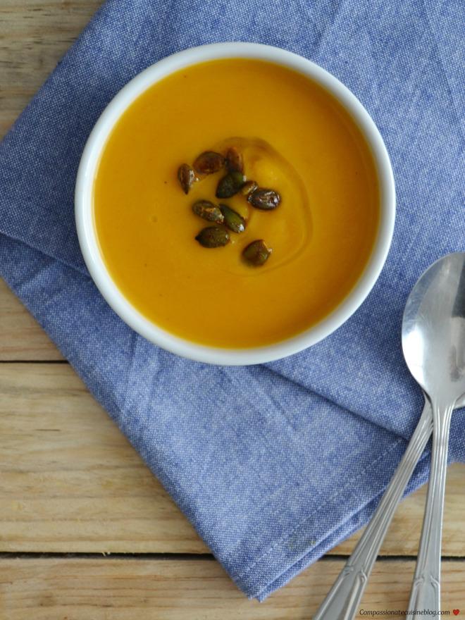 Sopa cremosa de abóbora-menina com sementes de abóbora tostadas