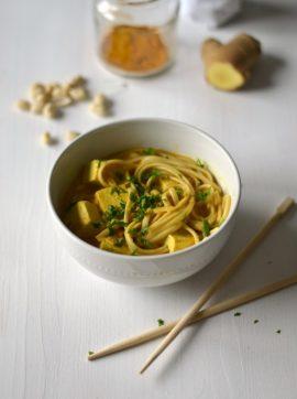 Caril com sabores tailandeses de noodles, tofu e amendoim - Receita Vegetariana