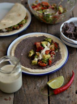 Tacos mexicanos de feijão preto e salsa de abacate - Receita Vegetariana