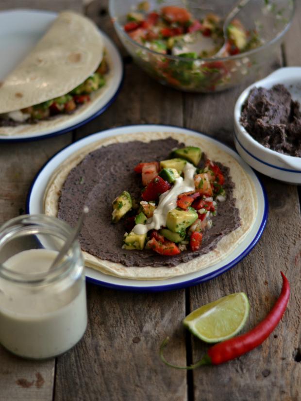 Tacos mexicanos de feijão preto e salsa de abacate