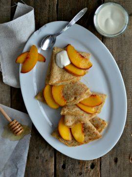 Crepes integrais com pêssego e iogurte - Receita Vegetariana
