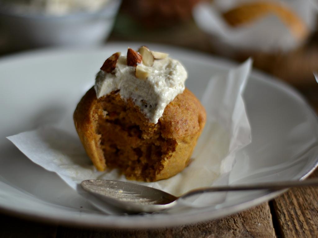 Compassionate Cuisine - Receitas vegetarianas - Queques de abóbora com cobertura de caju e baunilha