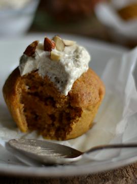 Queques de abóbora com cobertura de caju e baunilha - Receita Vegetariana
