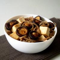 Noodles com tofu, cogumelos e molho de gengibre