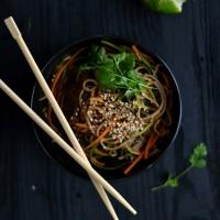 Soba noodles com tempeh e vegetais
