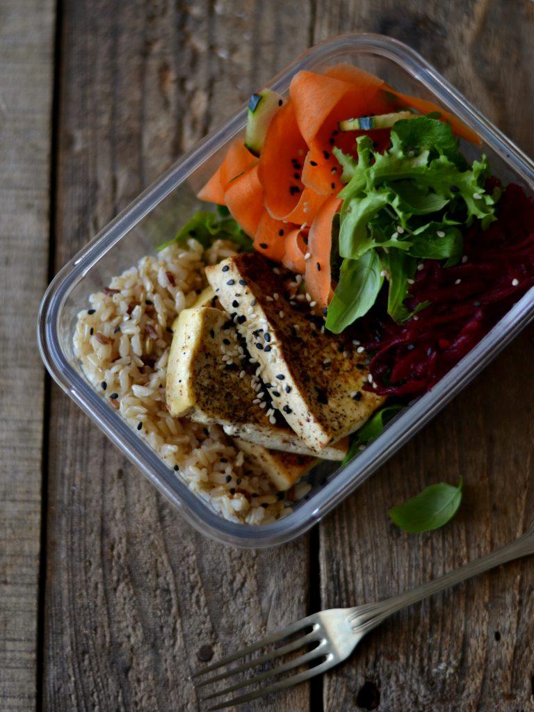 Compassionate Cuisine - Receitas vegetarianas - Snacks para Levar em Viagem - Tofu com Legumes e Arroz Integral