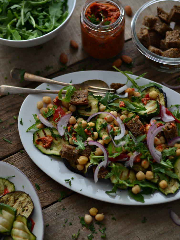 Salada de Grão, Legumes Grelhado e Molho Romesco