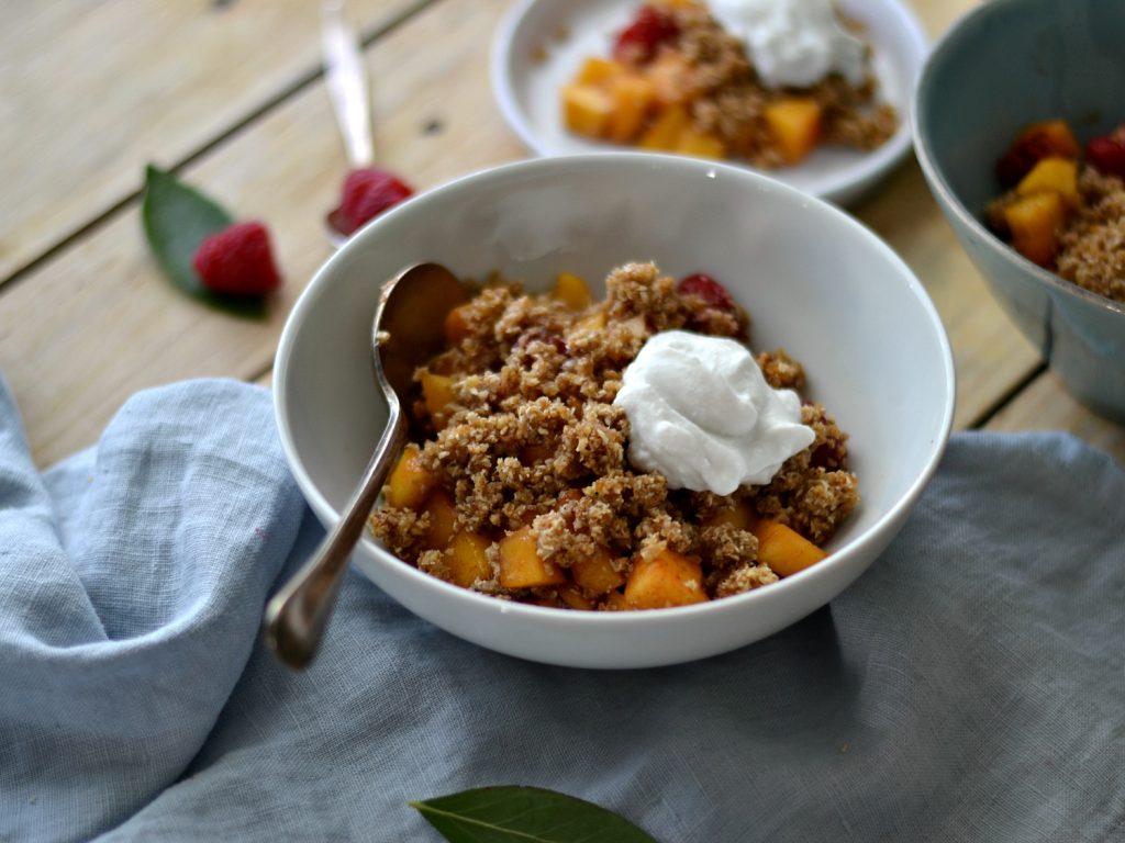 Compassionate Cuisine - Receitas vegetarianas - Crumble Cru de Pêssegos e Framboesas