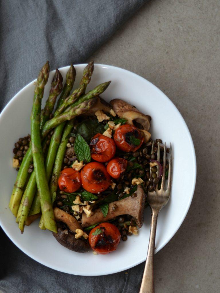 Compassionate Cuisine - Receitas vegetarianas - Lentilhas Salteadas com Cogumelos, Acelgas e Espargos, com Tomate Cereja