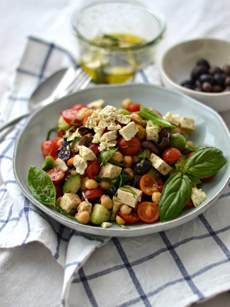 """Salada Mediterrânica de Grão-de-bico com """"Feta"""" de Tofu"""