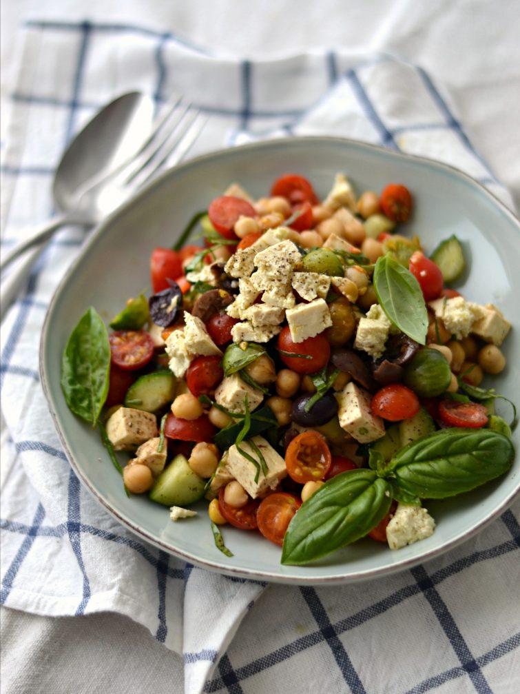 """Salada Mediterrânica de Grão-de-bico com """"Feta"""" de Tofu - Compassionate Cuisine - Receitas Vegetarianas"""