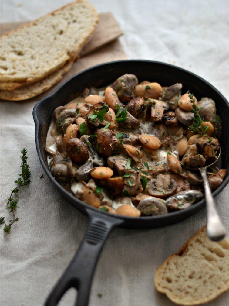 Feijoca com molho de cogumelos