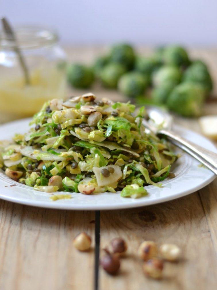 Salada de couve-de-bruxelas, lentilhas, pêra e avelãs