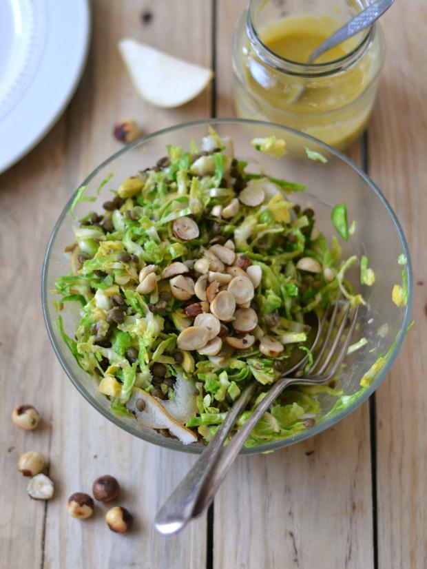 Compassionate Cuisine - Receitas vegetarianas - Salada de couve-de-bruxelas, lentilhas, pêra e avelãs