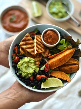 Salada de feijão preto, vegetais grelhados e um molho de tomate picante + Como grelhar vegetais - Receita Vegetariana
