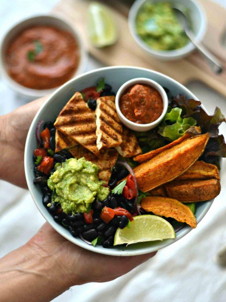 Salada de feijão preto, vegetais grelhados e um molho de tomate picante + Como grelhar vegetais