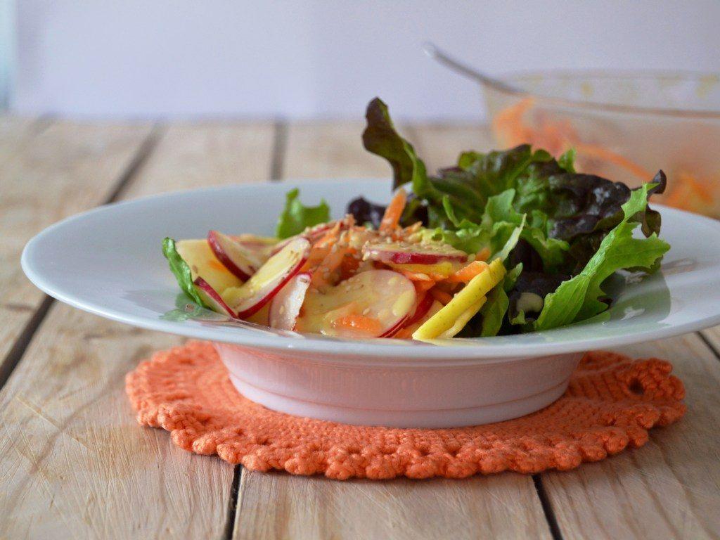Salada de rabanetes com molho de maçã e mel // Radish salad with apple honey sauce - Compassionate Cuisine - Receitas vegetarianas