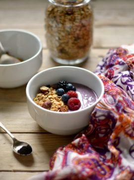 Taça de açaí e iogurte com granola de trigo serraceno - Receita Vegetariana