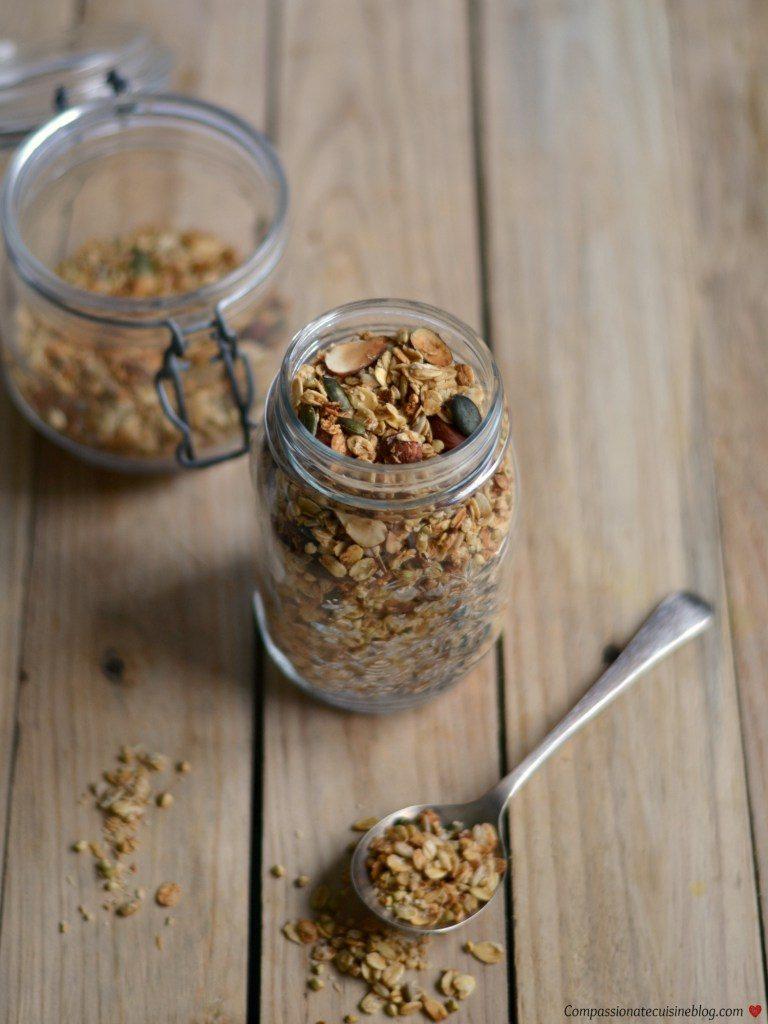 Compassionate Cuisine - Receitas vegetarianas - Taça de açaí e iogurte com granola de trigo serraceno