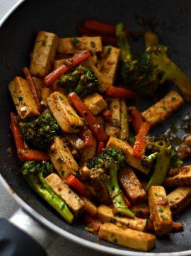 Salteado de tofu, brócolos e cenoura - Receita Vegetariana
