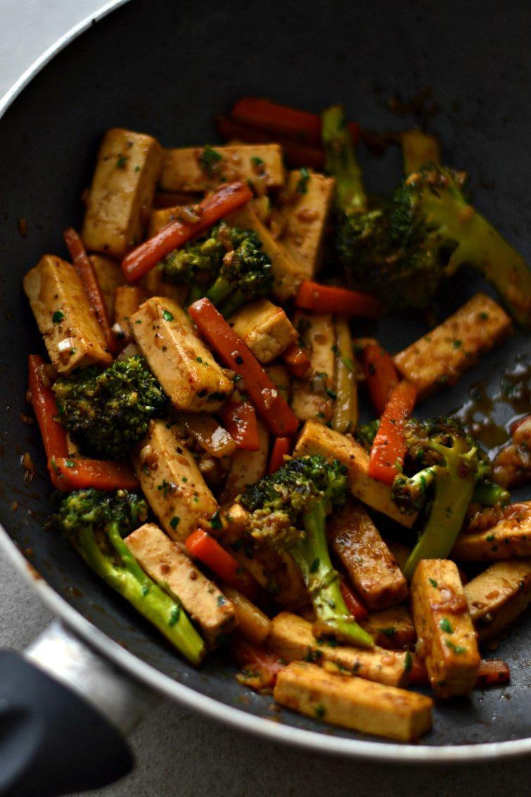 Salteado de tofu, brócolos e cenoura
