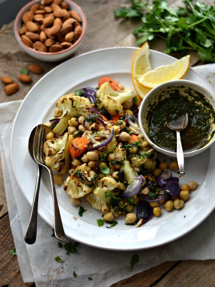 Salada de couve-flor assada com molho de coentros