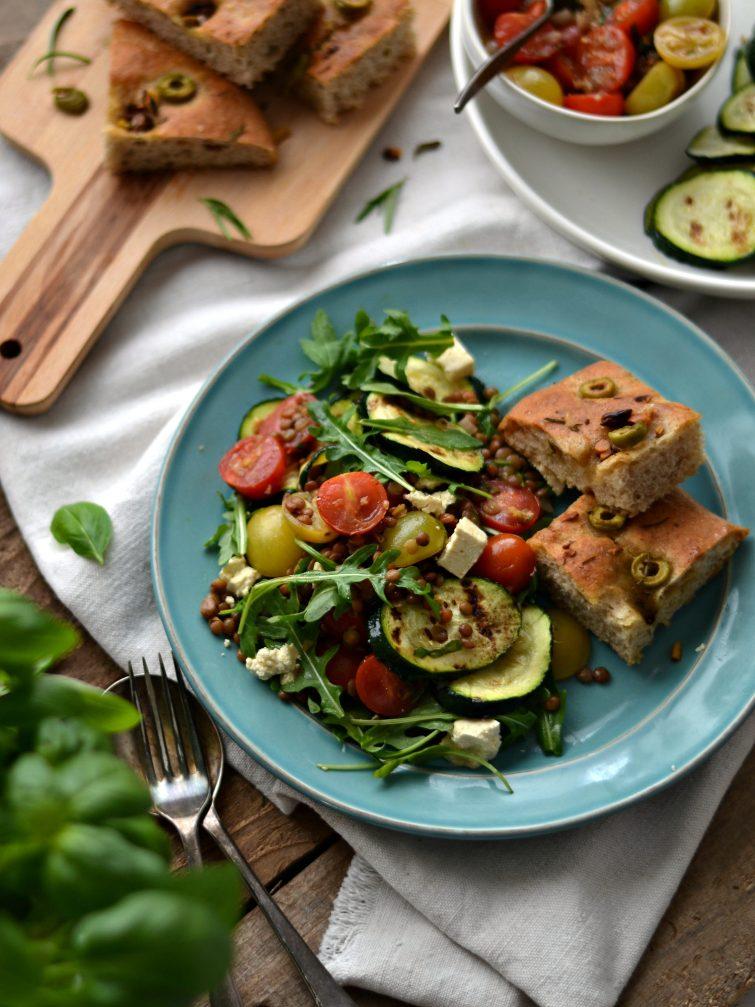 Salada de lentilhas e curgete com vinagrete de tomate-cereja