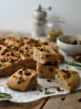 Focaccia de azeitona e pistácio - Receita Vegetariana
