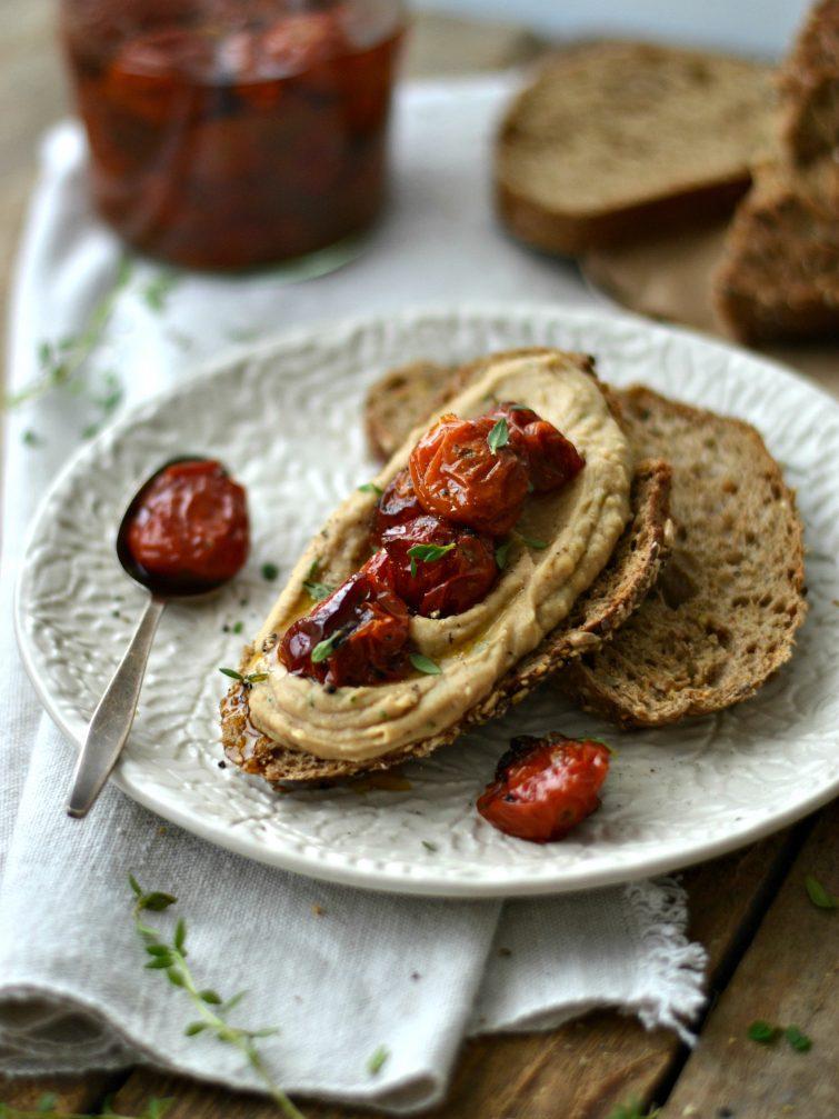 Tosta de húmus de cebola caramelizada e tomate confitado