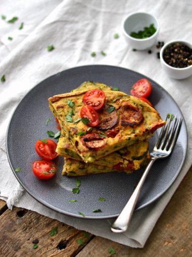 """""""Omelete"""" de grão-de-bico, curgete e tomate-cereja"""