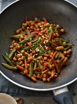 Salteado de grão-de-bico e legumes com molho de amendoim - Receita Vegetariana